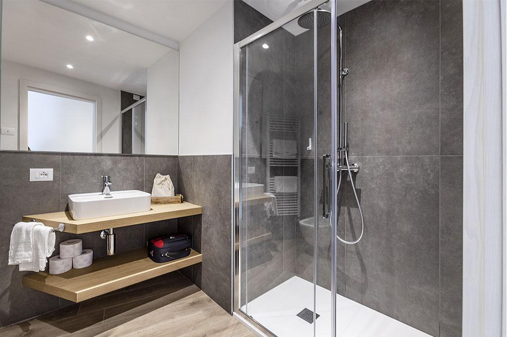 trilocale: Bagno con doccia e phon.