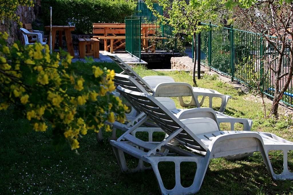 Giardino esterno con sdraio e zona bambini