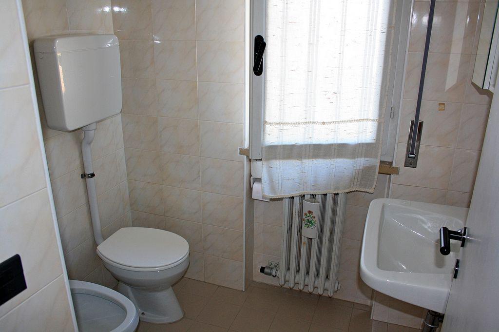Bilocale A : bagno con doccia e phon