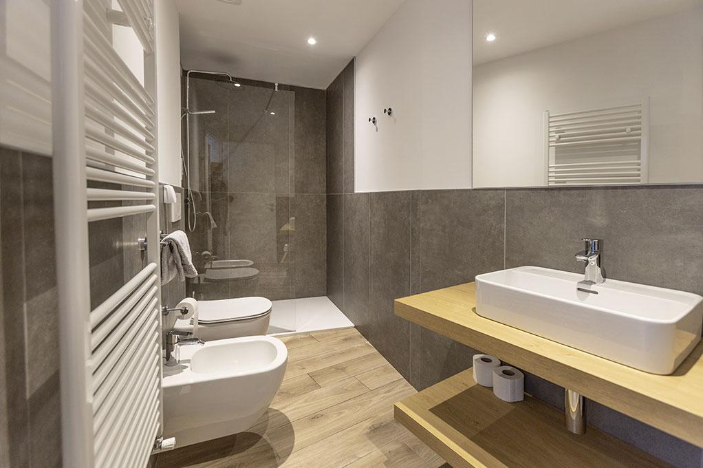appartamento Trilocale residence Solei-Plus garda bagno con ampia doccia