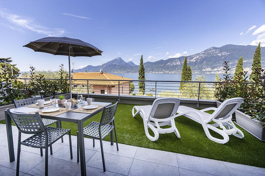 appartamento Trilocale residence Solei-Plus garda con sdraie per prendere il sole